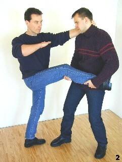 Sifu Dragos stabisiert sich, indem sich am Genick des Gegners festhält