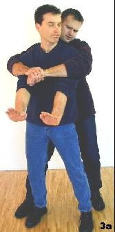 Sifu Dragos senkt seinen Schwerpunkt ab und führt ruckartig beide Arme nach vorn. Dadurch entsteht Spielraum für den nächsten Schritt. Die Bewegung ist zugleich Ausholbewegung für den nachfolgenden Rückwärtsellbogen.