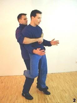 Der Gegner will Sifu ausheben, um ihn zu Boden zu werfen - Sifu hakt sich mit einem Bein ein, um sich zu stabilisieren.