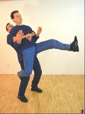 Sifu schwingt mit seinem linken Bein hoch, um einen Fersenschlag einzuleiten