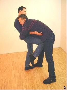 Der Gegner wird durch einen Kniestoß getroffen