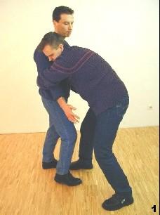 Der Gegner umklammert Sifu Dragos von vorn