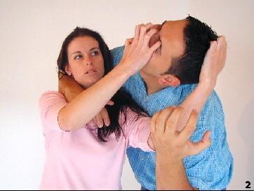 Sie greift den Kopf des Angreifes an den Haaren und führt einen Krallengriff zu den Augen aus