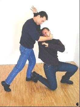 Sifu holt zum Kniestoß aus, während er den Gegner weiterhin kontrolliert