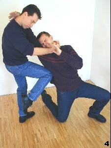 Der bewegungsunfähige Gegner empfängt einen Kniestoß