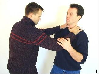 Der Gegner würgt Sifu Dragos von vorn. Dabei drückt er mit den Daumen auf Sifus Kehlkopf.