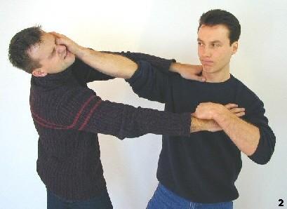 Sifu dreht sich zur Seite, um den Daumendruck des Gegners zu entgehen. Dabei bringt er den Gegner mittels Zug am Handgelnk aus dem Gleichgewicht und führt einen Daumenstoß aus.