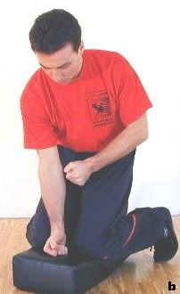 Übung des doppelten Fallnies. Manche Anwendungen erfordern eine enge Kniehaltung anstelle einer breiten.