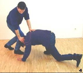 Sifu reagiert, indem er den Kopf des Gegners herabdrückt und zurückgeht.