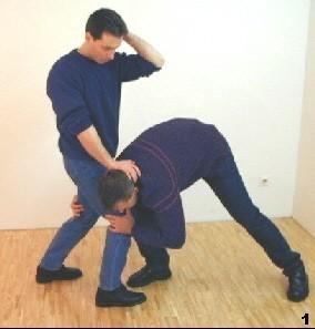 Der Gegner unterläuft Sifu, um dessen Beine zu greifen