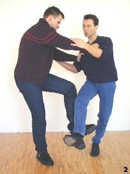 Nun versucht er Sifu Dragos aus dem Gleichgewicht zu bringen, indem er eine frontale Fegetechnik ausführt.