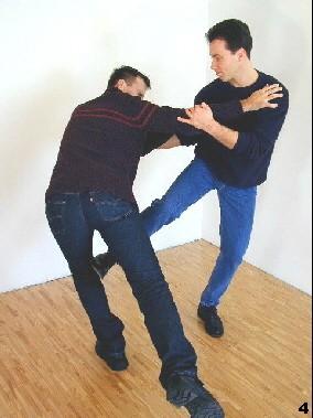 Sifu nutzt die neue Situation, indem er einen Tritt zum Standbein des Gegners folgen lässt.