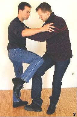 Sifu geht mit der Bewegung des Gegners mit und gleitet mit einem Kniestoß zum Gegner