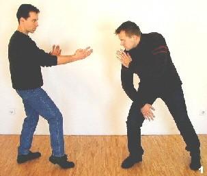 Der Gegner nähert sich mit der Absicht einen Körperstoß auszuführen