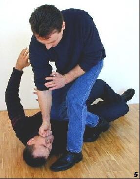 Sifu führt die Fallknietechnik und gleichzeitig einen Finalschlag zum Kopf des Angreifers.