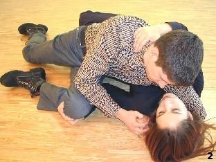 Wing Tsun-Selbstverteidigung, Abb. 1: Melanie fürht einen Griff zum Bein des Gegners aus und zieht dieses an sich heran