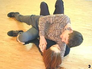 Wing Tsun-Selbstverteidigung, Abb. 3: Zunächst schiebt Melanie den Gegner vor sich weg, um ihn leicht anzuheben. Dann rückt sie auf, um sich unter ihren Widersacher zu begeben.