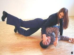 Wing Tsun-Selbstverteidigung, Abb. 5: Melanie holt im Dreiecksstand zum Kniestoß aus