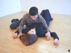 Wing Tsun-Selbstverteidigung, Abb. 1: Gegner kontrolliert Melanies Arme