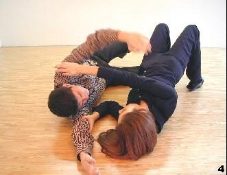 Wing Tsun-Selbstverteidigung, Abb. 4: Melanie richtet sich aus, um den Gegner am Kopf zu greifen