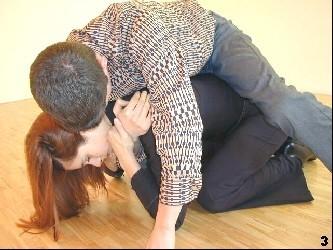 Wing Tsun-Selbstverteidigung, Abb. 3: Melanie winkelt beide Knie an, um eine labile Position für den Gegner herbeizuführen