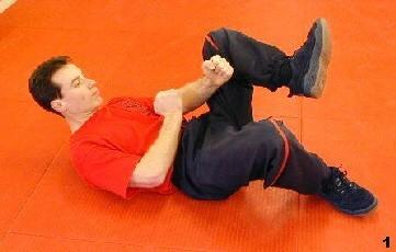 Sifu Dragos winkelt sein linkes Bein an, das ander dient dem Schutz, Stabilisierung und zum Manövrieren der Richtung