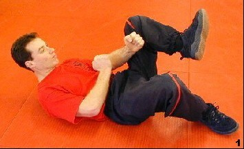 Ausgangslage: Sifu Dragos winkelt sein linkes Bein