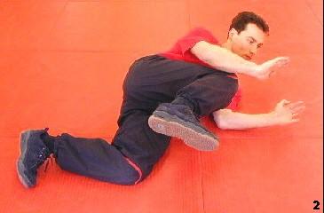 Sifu rollt sich zur Seite, während er mittels Bong-Gerk den Unterleib und mit seinen Händen den Oberkörper deckt