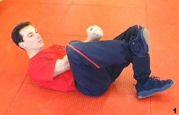 Sifu Dragos winkelt sein Bein zur schützenden Haltung
