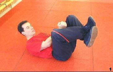 Sifu Dragos kreuzt seine Beine