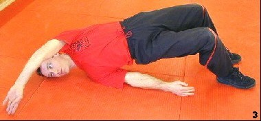 Sifu berührt mit seiner rechten Hand diagonal nach hinten bewegend den Boden