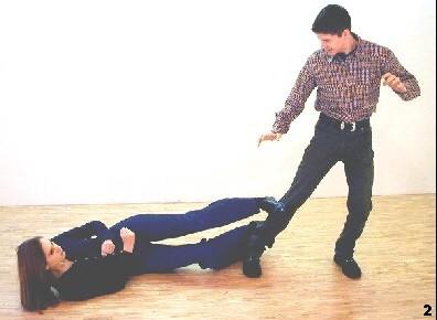 Melanie hakt sich mit dem unteren Bein am Bein des Gegners ein und streckt ihr oberes Bein. Der Gegner geht im weiteren Verlauf zu Fall.