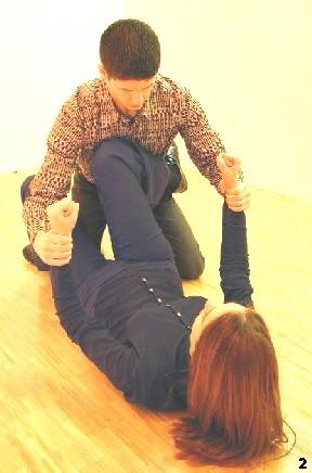 Melanie bringt ihr Knie in die Bong-Sao-Position und schafft somit eine Barriere