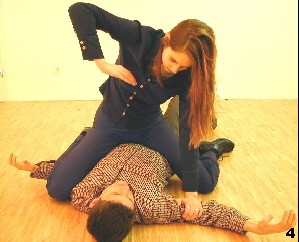 Melanie kontrolliert den Angreifer aus eine aufsitzenden Position