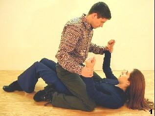 Der Gegner kontrolliert Melanies Arme in sitzender Position