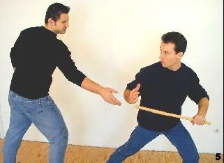 Wing Tsun-Selbstverteidigung, Abb. 5 - Sifu bringt beim Wegdrehen Gewicht auf sein linkes Bein, wodurch seine Aktion verstärkt wird.
