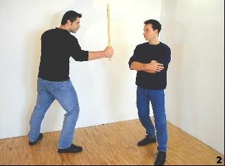 Wing Tsun-Selbstverteidigung, Abb. 2 - Ausweichen durch Körperdrehung mit Schritt