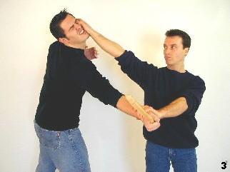 Wing Tsun-Selbstverteidigung, Abb. 3 - Sifu Dragos trifft den Gegner mittels Daumenstoß und kontrolliert zugleich dessen Handgelenk