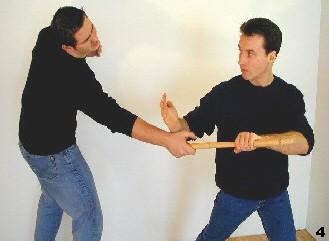 Wing Tsun-Selbstverteidigung, Abb. 4 - Sifu reißt dem Gegner den Stock aus der Hand und löst hierbei den Griff durch einen Schlag zum Handgelenk