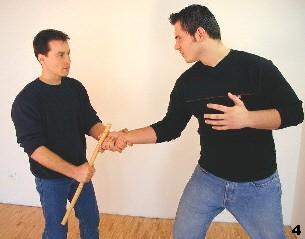 ing Tsun-Selbstverteidigung, Abb. 4 - Sifu stabilisiert das Handgelenk des Gegners und drückt den Stock nach unten
