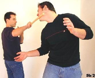 ing Tsun-Selbstverteidigung, Abb. 5b2 - Das lange Ende trifft den Gegner im Gesicht