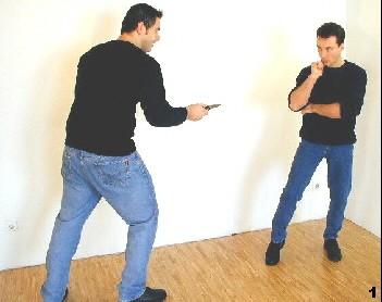 Wing Tsun-Selbstverteidigung, Abb. 1 - Der Gegner nähert sich mit gezogenem Messer