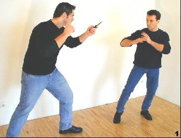 Wing Tsun-Selbstverteidigung, Abb. 1 - Der Gegner führt einen Hieb zum Kopf-Halsbereich aus