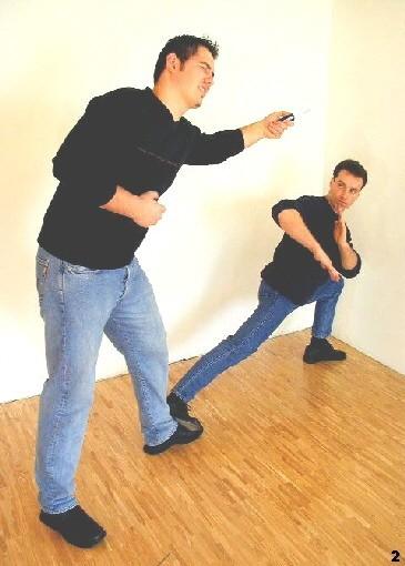 Wing Tsun-Selbstverteidigung, Abb. 2 - Der Gegner wird am Sprunggelenk getroffen