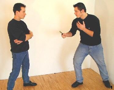Wing Tsun-Selbstverteidigung, Abb. 1 - Der Gegner greift mit Stich zum Rumpf an