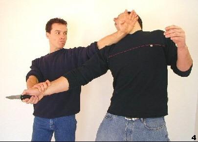 Wing Tsun-Selbstverteidigung, Abb. 4 - Sifu Dragos trifft den Gegner am Hals durch Fak-Sao