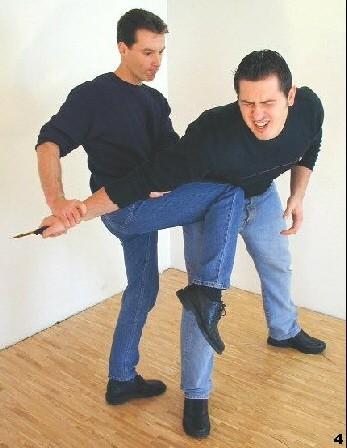Wing Tsun-Selbstverteidigung, Abb. 4 - Sifu zieht sich in den Gegner hinein und führt einen Kniestoß aus