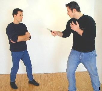 Wing Tsun-Selbstverteidigung, Abb. 1 - Der Gegner führt einen hohen Stich aus
