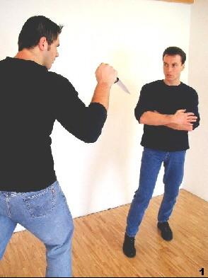 Wing Tsun-Selbstverteidigung, Abb. 1 - Der Gegner leitet seinen Angriff ein