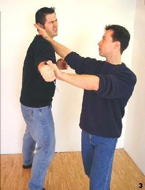 Wing Tsun-Selbstverteidigung, Abb. 3 - Lap-Sao zum Handgelenk und Fak-Sao zum Hals